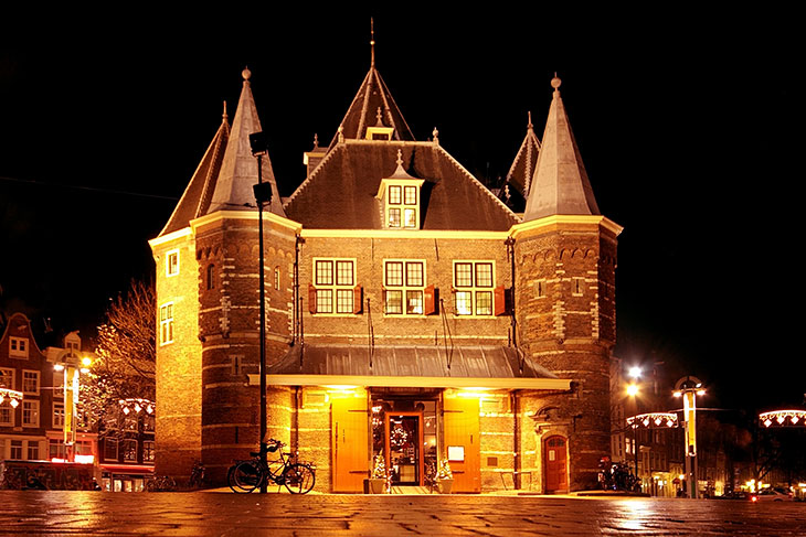 De Waag building at night